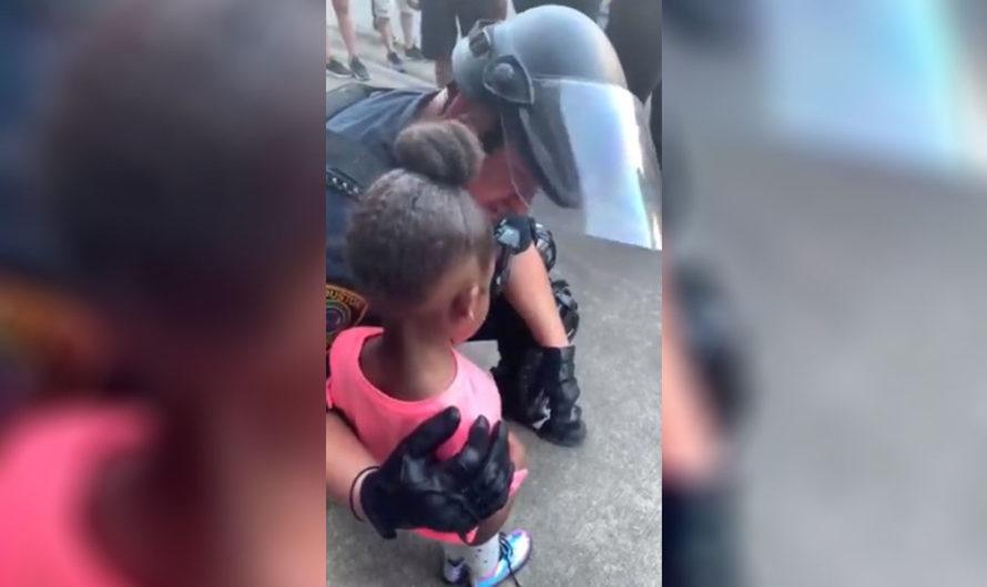 """En medio de las manifestaciones en EE.UU, una niña le pregunta a un policía: """"¿Vas a dispararnos?"""""""