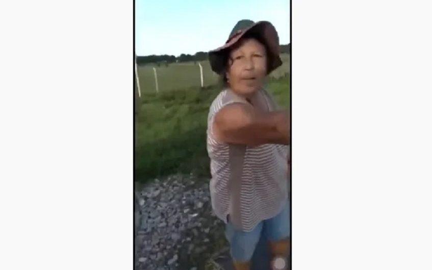 Ciega de la ira, ahorcó a un Caniche porque la seguía y la terminaron escrachando [VIDEO]
