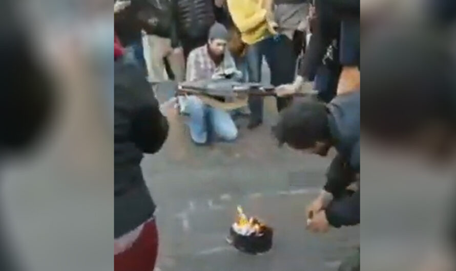 Los anticuarentena hicieron un ritual alrededor de una cacerola y quemaron sus tapabocas