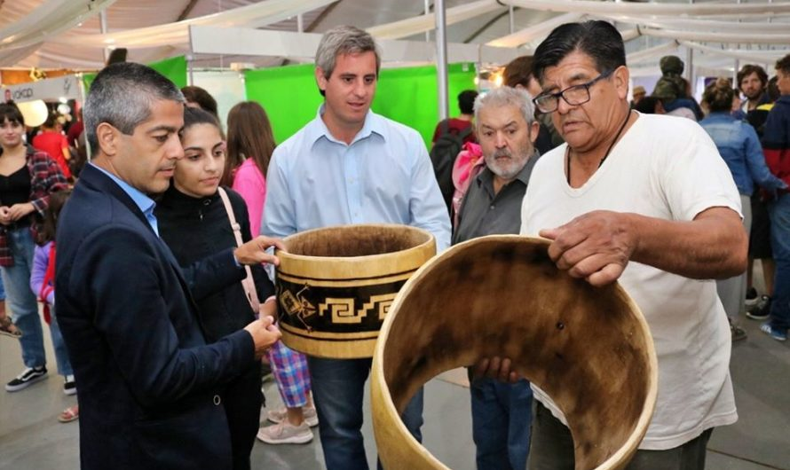 Destacada visita en el stand del Indio Froilán, en el Festival Nacional de la Artesanía