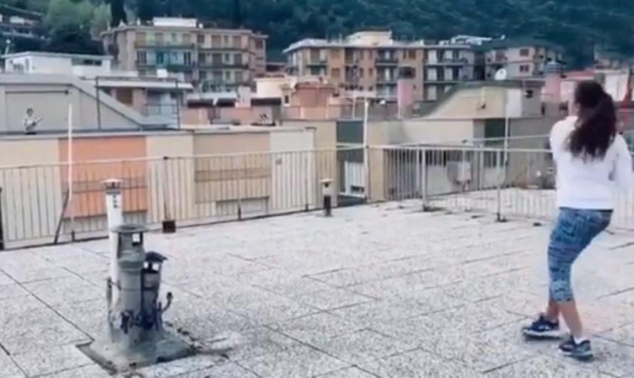 Tenis en cuarentena: el peloteo de dos juniors italianas de una terraza a la otra