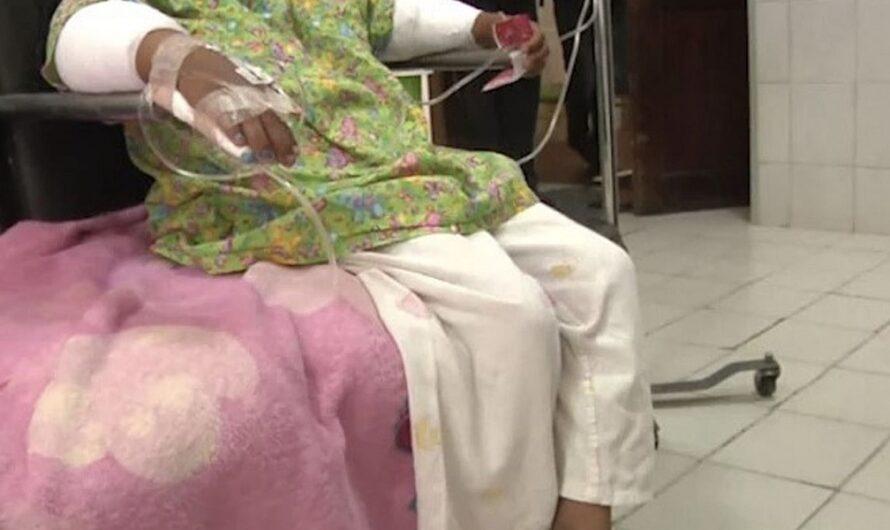 Video: Una madre le quemó las manos a su hija de 6 años por robar golosinas en una tienda
