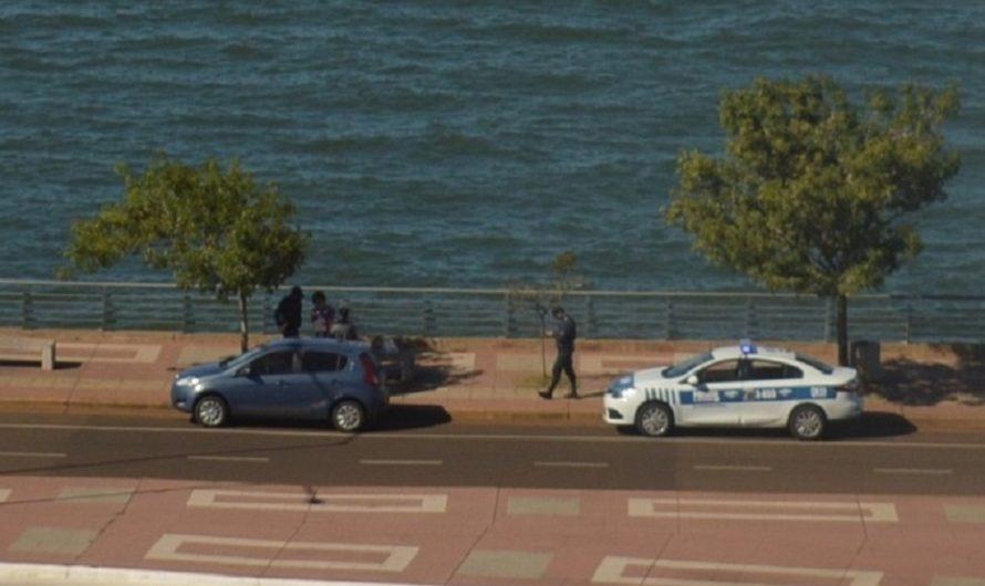 La policía intervino luego de ver a una pareja infringiendo la cuarentena en la Costanera