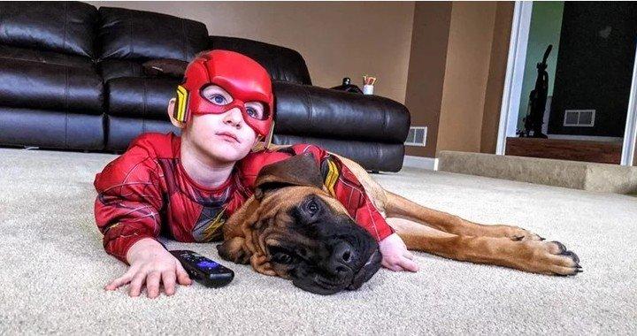 La foto más tierna: pusieron de penitencia a su hijo de 3 años y el perro le hizo compañía