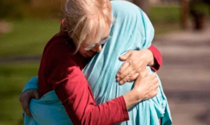 La conmovedora imagen de una mujer que cubrió con una manta a su hija enfermera para abrazarla