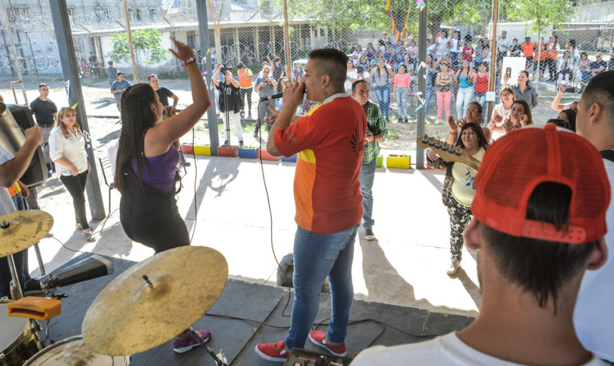 """Tremendo: presos de Mendoza cantaron, junto a Ricardo Mollo, la canción """"Para Mil"""""""