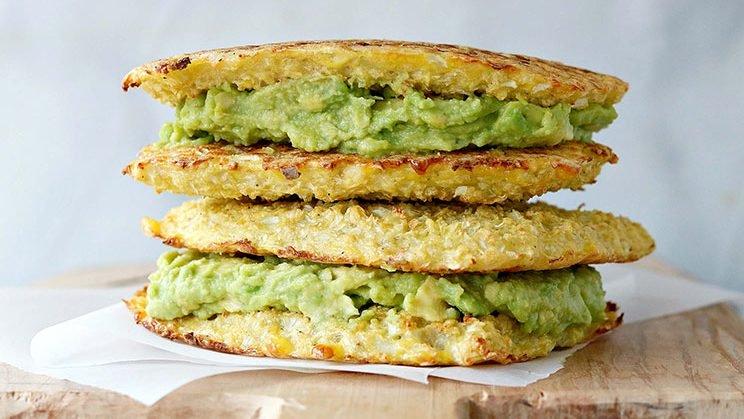 Sandwiches de paltas con pan de coliflor crujiente sin gluten