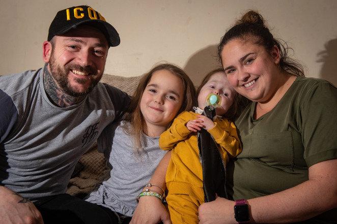 La historia de Isla, la nena de 2 años que parece de ochenta por «la enfermedad de Benjamin Button»