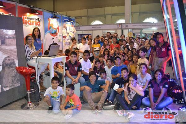 «Profes» y alumnos en el primer día de la Feria del Libro