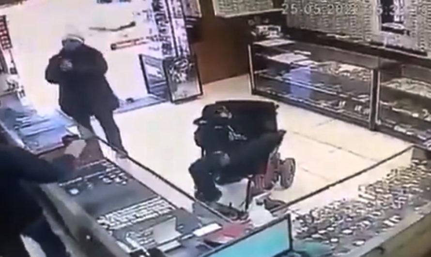 Joven sin brazos intentó asaltar una joyería: sostenía una pistola con los pies