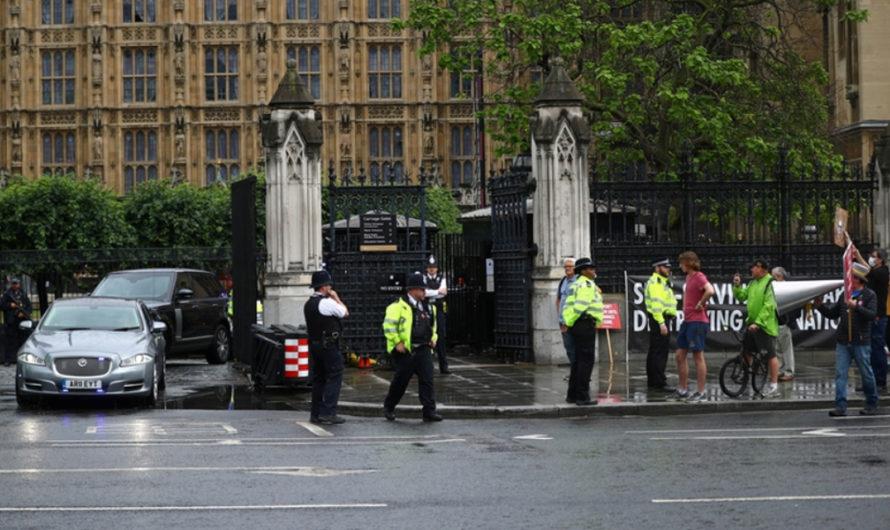 [VIDEO] El auto de Boris Johnson fue chocado por su seguridad tras la irrupción de un manifestante