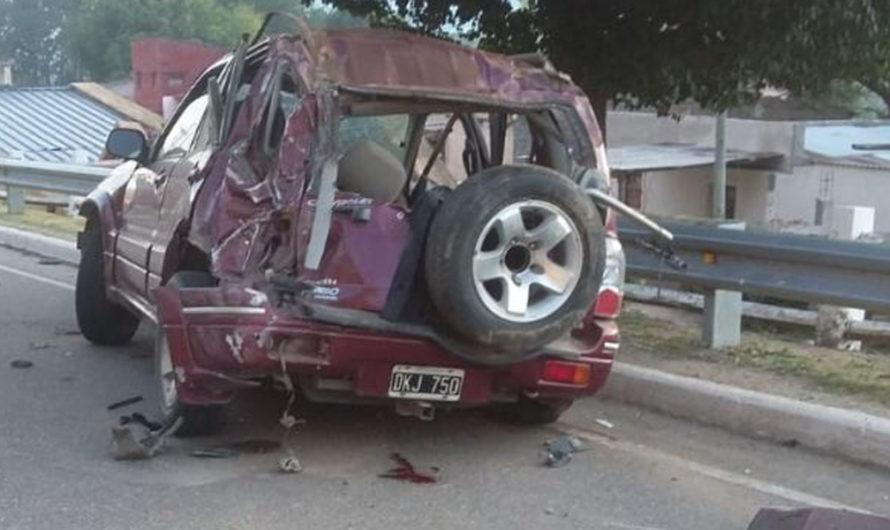 Tragedia: dos jóvenes de 26 y 27 años murieron en el acto en brutal choque con un poste de luz