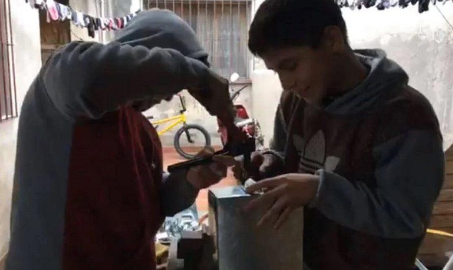 Salir adelante: tiene 14 años, su papá sufrió un ACV y ahora fabrica palas para ayudarlo